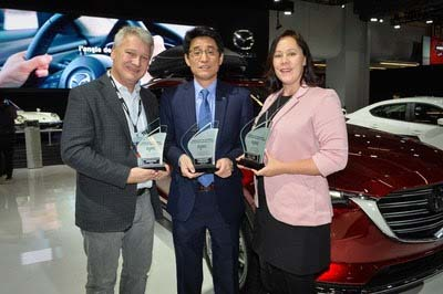 Masaharu Kondo, President, Mazda Canada, accepts three AJAC awards from Mark Richardson, AJAC President (left) and Stephanie Wallcraft, AJAC Vice-President (right) (CNW Group/Mazda Canada Inc.)